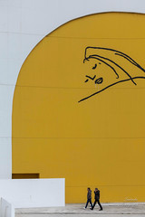 De paseo (LANTADA Fotografia) Tags: persona moderno grafiti ciudad amarillo asturias
