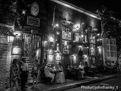 Una bella serata-Una linda tarde- A nice evening (johnfranky_t) Tags: johnfranky ristorante argentino cartagena colombia persone tavoli bn bicchieri bottiglie sedie luci lampade quadri menù bandiera marciapiede mattonelle scala tegole lampioncini pianta cappello bianco pantaloni