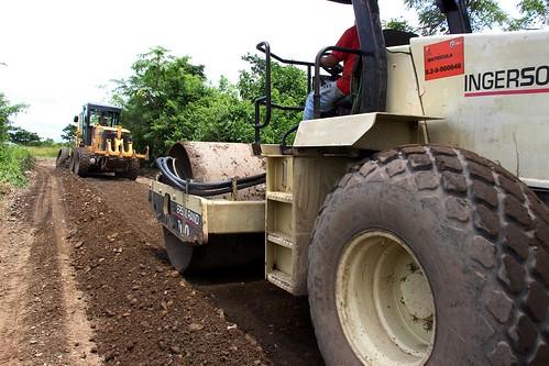 El equipo caminero de la Prefectura del Guayas trabaja en la vía Barraganetal - San Padero, en Naranjito.