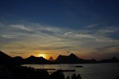 Da janela do hotel... sdd! (Ruby Ferreira ®) Tags: sunset pordosol bay baía silhuetas silhouettes pier píer nuvens clouds sky céu montains montanhas
