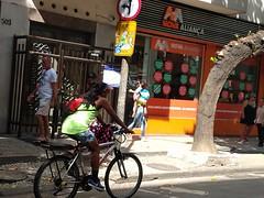 lá vai ela! (lucia yunes) Tags: cenaderua fotoderua fotografiaderua bicicleta pedalar mulher mobilephoto streetphoto streetshot streetscene streetphotography streetlife lifestreet lifeinstreet motoz3play luciayunes bike rua