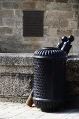 Le repos des potelets (Tonton Gilles) Tags: alençon normandie potelets poubelle noir noire tours château des ducs prison trottoir graphisme détail urbain