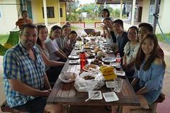 Pause déjeuner à l'école avec les bénévoles et l'équipe enseignante locale (infoglobalong) Tags: stage étudiant service bénévolat volontaire international engagement solidaire voyage découverte enseignement éducation école enfants aide alphabétisation scolaire asie thaïlande jeux sport art informatique rénovations