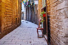 Barceloneando: Carrer Dels Mirallers (Fnikos) Tags: street road narrow wall door window building architecture construction light tarde afternoon plant flower nature table outdoor