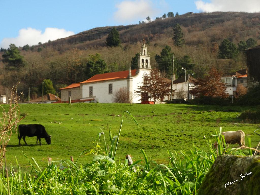 Águas Frias (Chaves) - ... paisagem bucólica com a igreja matriz em evidência ...