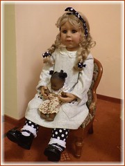 Bärbel nimmt schon mal Platz / Bärbel is already taking a seat (ursula.valtiner) Tags: puppe doll bärbel künstlerpuppe masterpiecedoll sessel chair alora