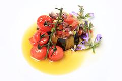 Vegetarisches Gericht (Tim Reckmann | a59.de) Tags: aubergine blüten gemüse gericht saucenspiegel strauchtomaten tomaten vegan vegetarisch veggi