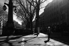 light&shadow@Kö-Graben, Düsseldorf 2 (Amselchen) Tags: city street blackandwhite bnw light shadow cars germany fujifilm fujinon mono monochrome streetphotography people pedestrians fujifilmxt2 xf23mmf2rwr