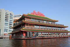 Amsterdam2014_208 (schulzharri) Tags: amsterdam holland niederlande netherlands europ europe flus river water building house haus sun sonne sky himmel blau blue architektur
