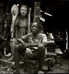 CAVA Boy 19-05-RFlx 09 (Gilles_Ollivier_GeO) Tags: rolleiflex kid boy enfant afrique abidjan sourire statue bois portrait