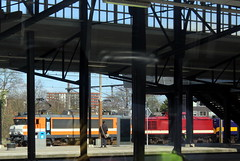 View from a train: (Davydutchy) Tags: amersfoort nederland netherlands niederlande paysbas holland ns nederlandse spoorwegen railway eisenbahn chemindefer jernbanen fervojo rautatie vasút vasutak ferrovie železnic dráhy железныедороги loc locomotief locomotive локомотив lokomotive engine locomotiva emplacement yard rail experts railexperts 9901 serie series 1600 1627 orange march 2019