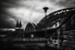 3355 (Elke Kulhawy) Tags: kölnerdom köln street sky hohenzollernbrücke bnw bw monochrome blackandwhite lensbaby unscharf city stadt cologne nocolor