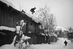 _DSC2341 (Oleg Green (lost)) Tags: province weekend winter snow vyatka kids plaing jump people bw blackandwhite voigtlander sskopar 4025