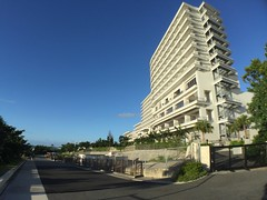 2016-09-24 17.25.22 (jccchou) Tags: okinawa 沖繩 琉球 japan churaumi aquarium 沖縄美ら海水族館 blue sky cloud hotel