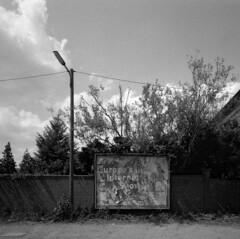 Wiesenstrasse (andi_heuser) Tags: urban plakattafel billboard strasse street wiesenstrasse düsseldorf film analog analogue schwarzweiss blackwhite schwarzweissfilm ilford ilforddelta3200 6x7 mittelformat mediumformat 120 andiheuser