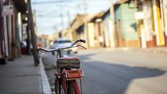 La bicyclette rouge (Fabrice1965) Tags: cuba trinidad ruelle trottoir vélo bicyclette rouge miseaupoint vacances famille nikond750