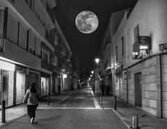Calle. Street (angelalonso57) Tags: canon eos 7d mark ii tamron 16300mm f3563 di vc pzd b016 ƒ80 160 mm 140 8000 calle street luna moon doble composición atmosfera work composition shadow