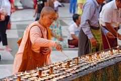 Pagode de Shwedagon, Rangoun (Bertrand de Camaret) Tags: paya pagode shwedagon rangoun birmanie myanmar nonne lampe huile bertranddecamaret ngc nationalgeographic femme woman burma
