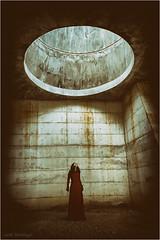 The hole (josansaru) Tags: josesantiago josansaru fotografiacreativa nikonistas nikon d90 color chica hole agujero luz oscuridad pared hormigon decadencia cementirid´igualada cementerio igualada
