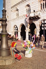 Coloratissimi e coloratissima (sirio174 (anche su Lomography)) Tags: pentaxmg lomographycn100 palloncini inflatable inflatables air balloons como piazzaduomo italia italy