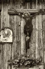 Bayerisches Museumsdorf Tittling (wwwuppertal) Tags: bayern süddeutschland freistaatbayern niederbayern bayerischesfreilichtmuseumtittling urlaub 1988 dorf village ländlicherraum lokalegeschichte localhistory heimatkunde bäuerlichewelt katholizismus catholicism crucifixus kruzifix rost corrosion rust korrosion eisenblech jesus christus gedenken kreuzigung crucification herrgottswinkel glaube faith verwitterung weathering sw schwarzweis bw blackandwhite noiretblanc blancetnoir monochrome monochrom film dia slide transparency schwarzweiskonvertierung blackandwhiteconversion analogphotograph analogefotografie contaxrts carlzeissplanar50mmf14