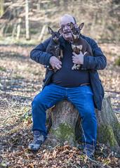 Dans les bras de Papy. (Philippe Bélaz) Tags: nestor ooligan papy pragois ratierdeprague balades bois bras chiens forêts nature souches troncs