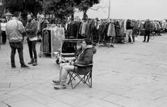 Flea market BCN 1 (carles.ml) Tags: olympus om1 ilford 400 people street flea market bw film 35mm barcelona delta