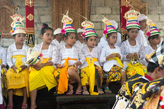 (kuuan) Tags: mf minolta rokkor mrokkorf240mm leica f2 40mm 240 f240mm minoltamrokkor minoltamrokkorf240mm apsc sonynex5n bali indonesia festival temple kids girls traditionaldress kebaya dancers fun documentary