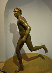 Hellenistic bronze statue of a running athlete, 1 (diffendale) Tags: 1stcbce mid1stcbce 2ndhalf1stcbce 3rdquarter1stcbce 40sbce 30sbce hellenistic latehellenistic bronze bronzo asiaminor anatolia turkey kyme cyme κύμη pleiades:findspot=550506 nemrutlimanı museum museo museu musée μουσείο музеи müze artifact display exhibit متحف ancient antico antique archaeological archeologico sculpture statue bildhauerkunst plastik γλυπτική escultura scultura скульпту́ра نحت heykel runner athlete running man male youth athletics sports competition agon stadion greek greco grecque اليونان ελληνικόσ κύμηαιολίδασ sea izmir crown wreath