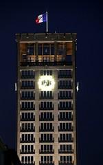 Le Havre - La Tour de l'Hôtel-de-Ville (Philippe Aubry) Tags: normandie seinemaritime paysdecaux pointedecaux lehavre mairie hôteldeville tour beffroi augusteperret drapeau