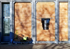 bananen (roberke) Tags: vreemd strange architecture architectuur woning house door deur windows ramen vensters zonlicht zon zonnig sun sunlight buiten outdoor bike fiets street straat