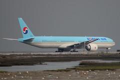 HL8006 Korean Air Boeing 777-3B5(ER) (BayAreaA380Fan Photography) Tags: unitedairlines unitedexpress embraer emirates embraererj175lr boeing airbus boeing737 boeing747 boeing757 boeing767 boeing777 737 747 757 767 777 787 dreamliner boeing787 airbusa330 airbusa319 airbusa380 airbusa320 airbusa321 airbusa350 a319 a320 a321 airbusa340 a340 a350 a380 superjumbo deltaairlines interjet alaskaairlines moretolove allnipponairways staralliance ana aircanada aircanadajetz southwestairlines cathaypacific koreanair aeromexico japanairlines klm klmroyaldutchairlines icelandair virginamerica virginatlantic americanairlines americaneagle qantas evaair privatejet britishairways airfrance lufthansa wheelsup beechb300superkingair350 fedex planespotting sanfranciscointernationalairport sfo ksfo