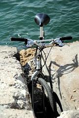 Donde me lleve febrero... (Aprehendiz-Ana Lía) Tags: nikon flickr bicicleta bici argentina mar costa rocas mdq agua azul metal objetos transporte sombra vélo bike bicycle beach color imagen verde