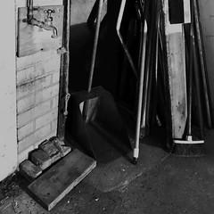 Scène de ménage ordinaire... (woltarise) Tags: garage montréal rosemont quartier immeuble outils nettoyage entretien robinet ménage iphone7