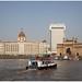 Taj Mahal Palace & Tower hotel en de Gateway of India  in Mumbai - Bombay in India ...