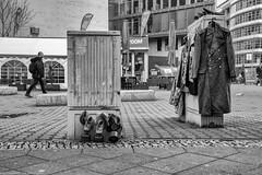 Souvenirhandel am Checkpoint Charlie (Thomas Feiereis) Tags: mauer wall berlinmauer berlinwall city uniform