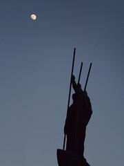 Drei Männer mit Mond (guenther_haas) Tags: edwinscharff neuulm männer boot mond men boat moon mzuiko 40150 pro olympus silhouette blue blau statue rathausplatz