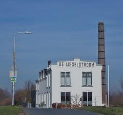 (Uno100) Tags: zutphen ijssel noorder haven river holland 2019 stroom windmolens wind mill v 1 building war grass water