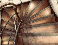 Eckig um die Kurve (Sockenhummel) Tags: staircase stairway stairs stair stairwell escaliers stufen steps architektur architecture treppenhaus treppe holztreppe wendeltreppe eckig