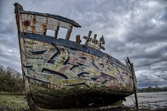 A vendre, peinture refaite entièrement (Patrick Doreau) Tags: cimetière cimetery boat bateau old vieux ruine ruin rance saintmalo quelmer graffity ciel sky couleurs colors groupenuagesetciel fun