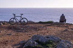 O ciclista contemplativo / Le cycliste contemplatif (Jacques Lebleu) Tags: algarve falaise cycliste vélo homme pensif contemplatif mer océan atlantique portugal