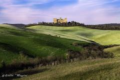 Gallico Castle (Giulio Mazzini) Tags: rosso asciano siena tuscany gallico hill colline castello castle verde primavera campi spring countryyard