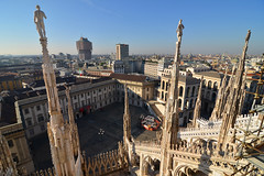 Milan skyline (Thomas Roland) Tags: europe travel efterår autumn herbst 2018 nikon d7000 europa city by milan milano cathedral katedral duomo church kirche kirke building tourists tourism italy italia italien façade rooftop roof spire carving sky himmel blue tag top view udsigt
