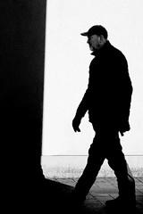 Léon - the Professional (Guido Klumpe) Tags: sw schwarzweis blackandwhite bnw bw monochrome contrast gegenlicht shadow schatten gebäude architecture architektur building perspektive perspective candid street streetphotographer streetphotography strase hanover germany deutschland city stadt streetphotographde unposed streetshot drinnen eineperson farbe gesicht hannover kontrast kunstlicht mann minimal silhouette