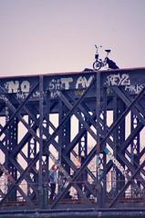 177 Paris décembre 2018 - sur l'ancien pont de chemin de fer de la petite ceinture qui enjambe le bassin de La Villette (paspog) Tags: paris france décembre december dezember 2018 pont bassindelavillette petiteceinture