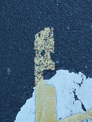 Found Street Marking Face (mkorsakov) Tags: dortmund city innenstadt fahrbahnmarkierung marking gelb yellow minimal foundface