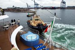 Práctico (Copenhague, Dinamarca, 28-6-2008) (Juanje Orío) Tags: dinamarca copenhague 2008 puerto barco bandera europa europeanunion europe unióneuropea boat agua water mar sea