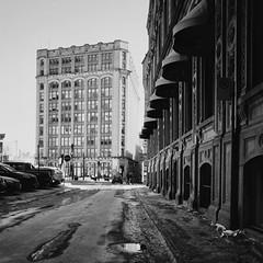 La ville est froide mais inondée de soleil... (woltarise) Tags: gr ricoh montréal soleil passants stationnement patrimoine bâtiments vieuxmontreal