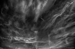 Trajectoire éthérée (Alexandre DAGAN) Tags: ciel cielo sky skylover nuages clouds nuves noir blanc black white noiretblanc noirblanc blacknwhite blackandwhite blackwhite pentax pentaxk5 k5 sigma 1020mm skyscape groupenuagesetciel