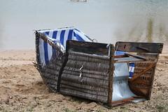 Das Ende des Sommers (Klaus R. aus O.) Tags: strandkorb sommer see herbst winter urlaub wasser meer erholung sand strand kaputt abfall zerstört kalt badesee